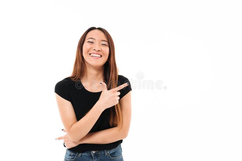 Nahaufnahmeporträt schönen lächelnden jungen asiatischen Frau pointin lizenzfreie stockbilder