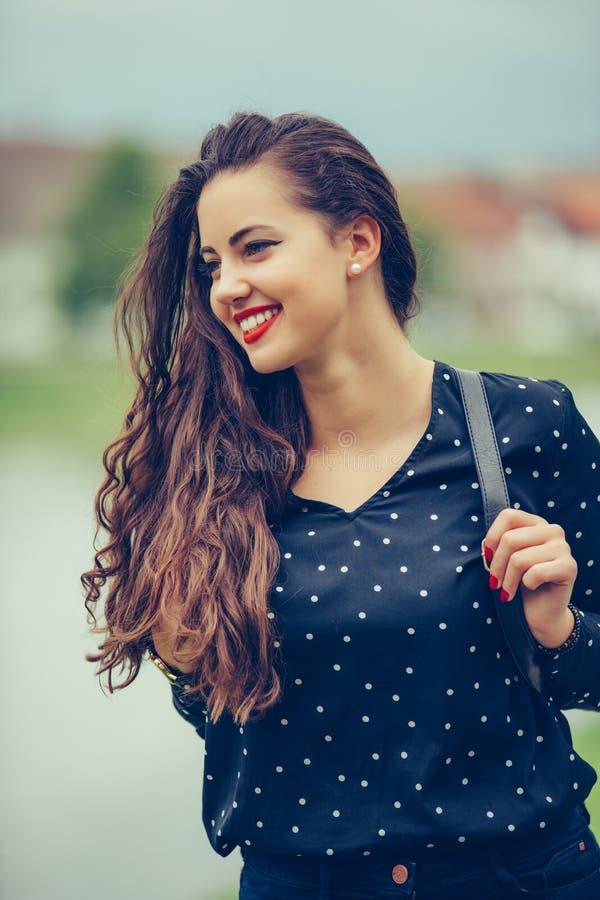 Nahaufnahmeporträt schöner Dame mit modischem Make-up stockfoto