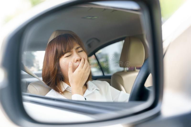Nahaufnahmeporträt schläfrig, müde junge Frau, die nachher ihr Auto fährt lizenzfreie stockfotos