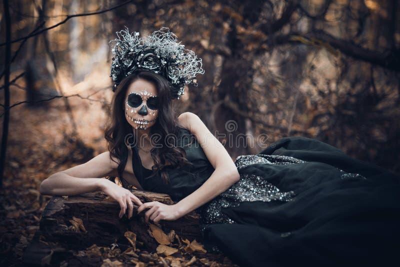 Nahaufnahmeporträt von Calavera Catrina im schwarzen Kleid Zuckerschädelmake-up Dia De Los Muertos Tag der Toten Halloween lizenzfreie stockfotografie