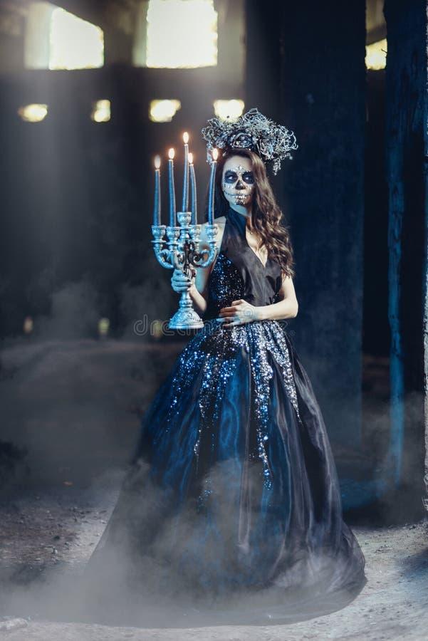 Nahaufnahmeporträt von Calavera Catrina im schwarzen Kleid Zuckerschädelmake-up Dia De Los Muertos Tag der Toten Halloween stockfotos