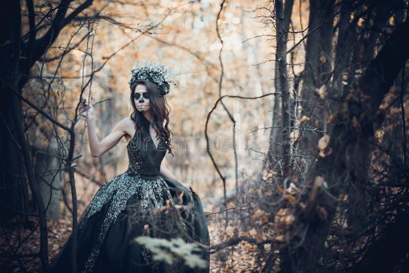 Nahaufnahmeporträt von Calavera Catrina im schwarzen Kleid Zuckerschädelmake-up Dia De Los Muertos Tag der Toten Halloween stockfoto