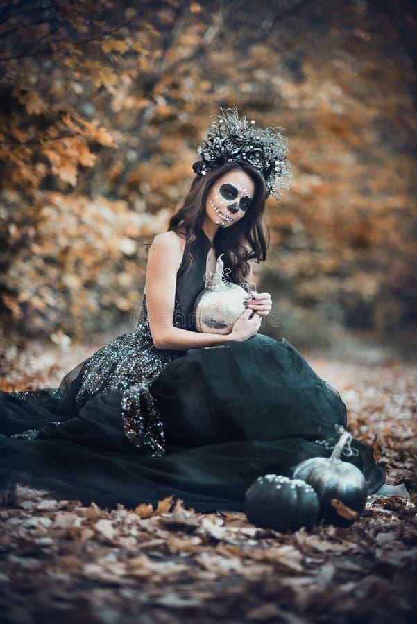 Nahaufnahmeporträt von Calavera Catrina im schwarzen Kleid Zuckerschädelmake-up Dia De Los Muertos Tag der Toten Halloween stockbilder