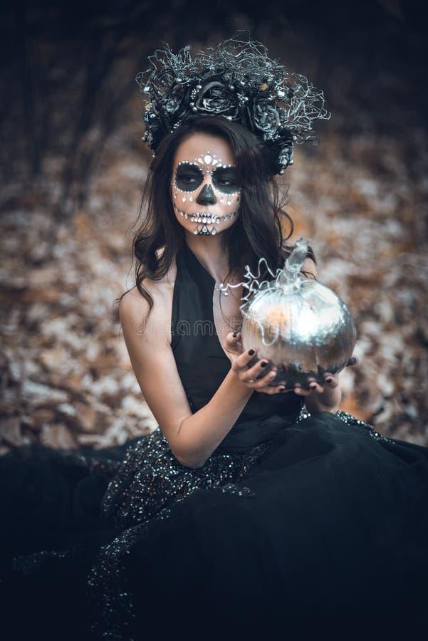 Nahaufnahmeporträt von Calavera Catrina im schwarzen Kleid Zuckerschädelmake-up Dia De Los Muertos Tag der Toten Halloween stockbild