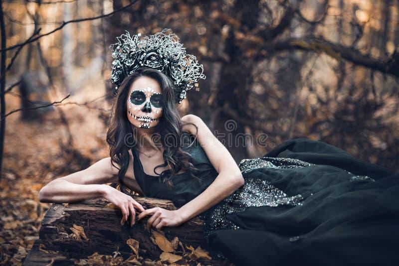 Nahaufnahmeporträt von Calavera Catrina im schwarzen Kleid Zuckerschädelmake-up Dia De Los Muertos Tag der Toten Halloween lizenzfreie stockfotos