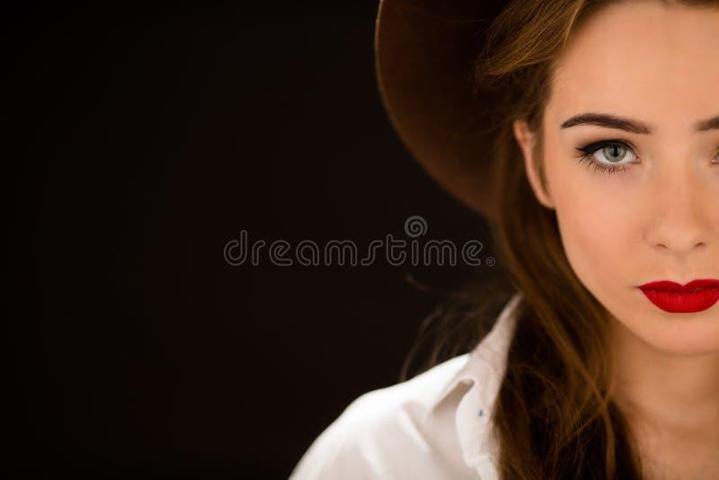 Nahaufnahmeporträt von Dame mit den roten Lippen lizenzfreie stockbilder