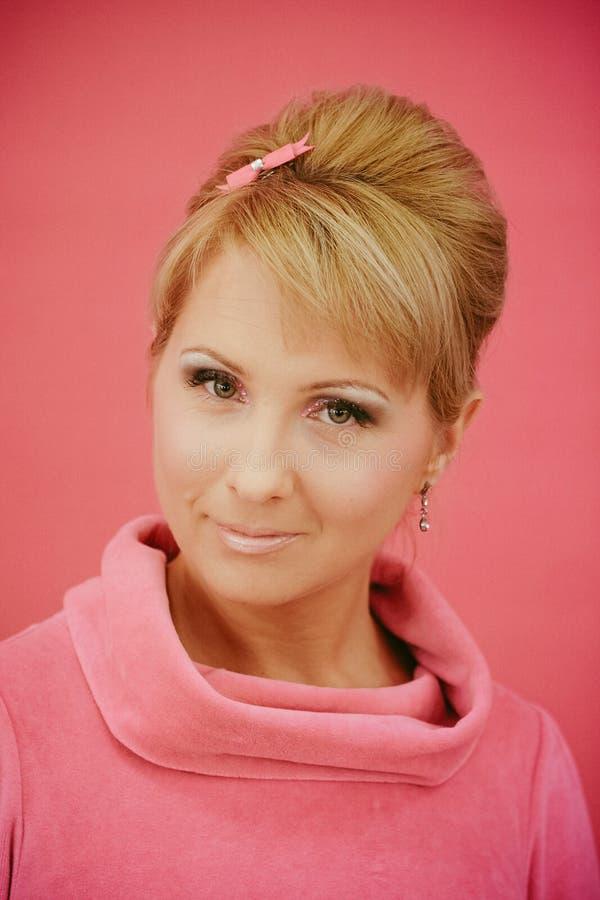 Nahaufnahmeporträt von den jungen Schönheiten angeredet in der rosa Art des Stift-oben 50s lizenzfreie stockbilder