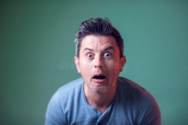 Nahaufnahmeporträt von entsetzt überraschter oder erschrockener junger Mann Leute, Gef?hle, Lebensstil lizenzfreie stockfotografie