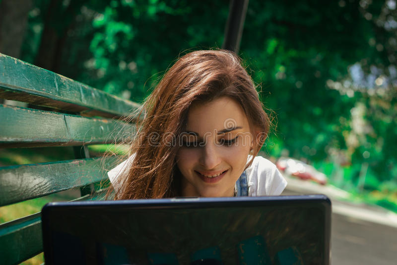 Nahaufnahmeporträt von glückliche junge Brunettes mit einem Laptop stockfoto