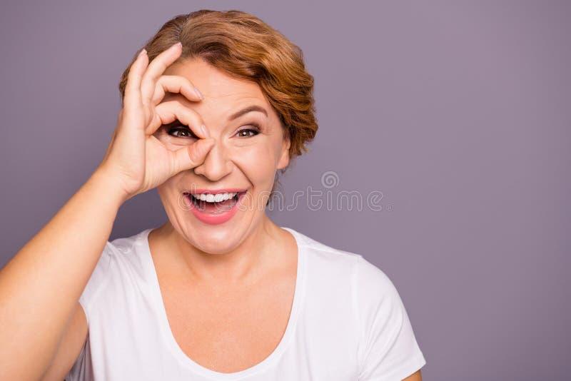 Nahaufnahmeporträt von ihr sie ekstatische gewellt-haarige Dame des netten verrückten attraktiven netten heitren Positivs in zufä stockbild
