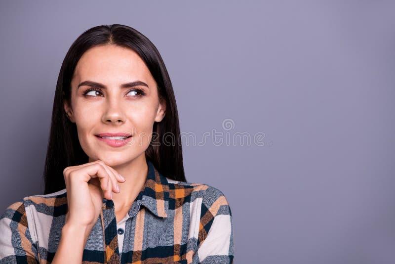 Nahaufnahmeporträt von ihr sie nette reizende hübsche attraktive gekümmerte gerad-haarige Dame, die das überprüfte Plaidschauen t lizenzfreie stockfotografie