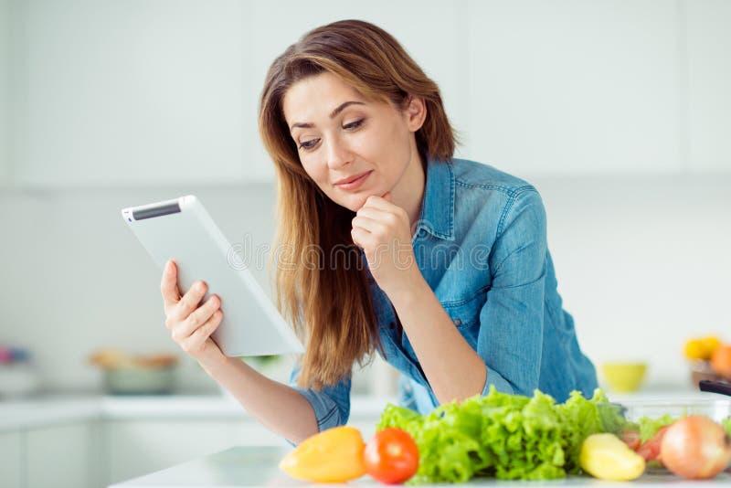 Nahaufnahmeporträt von ihr sie nette reizende süße reizend nette attraktive nette braunhaarige Damenlesung online stockbild