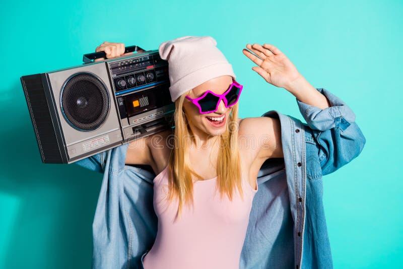 Nahaufnahmeporträt von ihr sie nettes attraktives reizendes nettes nettes heitres frohes positives Mädchen, das Stereomp3-player  stockbilder