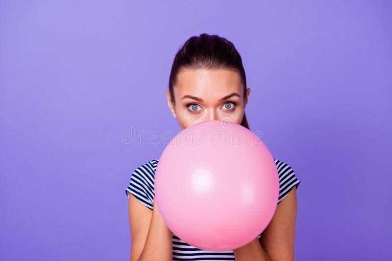 Nahaufnahmeporträt von ihr sie nettes attraktives reizendes reizend nettes anziehendes Mädchen, das großen großen rosa Heliumball stockfotografie