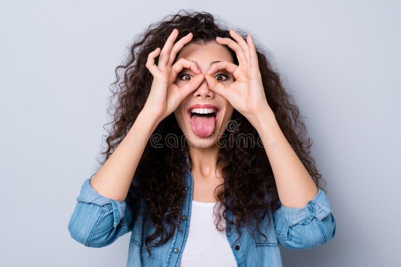 Nahaufnahmeporträt von ihr sie nettes attraktives verrücktes stummes reizend nettes heitres freches gewellt-haariges Mädchenvertr lizenzfreie stockfotografie