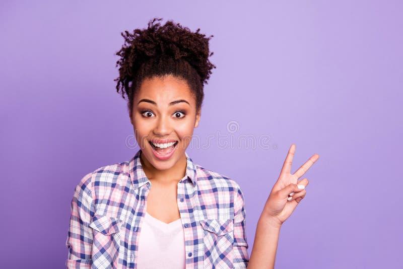 Nahaufnahmeporträt von ihr sie nettes reizend nettes attraktives anziehendes reizendes nettes heitres gewellt-haariges Mädchen, i stockbild