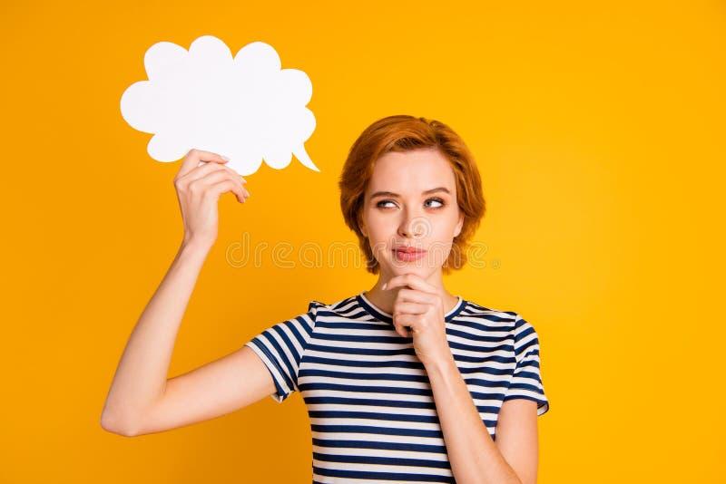 Nahaufnahmeporträt von ihr sie nettes reizend attraktives nettes nachdenkliches Mädchen, welches in der Hand das Betrachten der lizenzfreie stockbilder