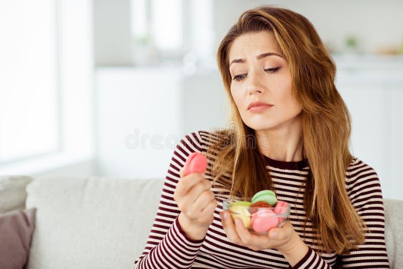 Nahaufnahmeporträt von ihr sie nettes nettes reizend reizendes einsames attraktives gewellt-haariges der Freundin Essen allein bu lizenzfreie stockbilder