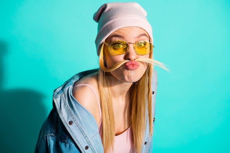 Nahaufnahmeporträt von ihr sie schön aussehendes attraktives reizendes nettes dummes stummes freches Mädchen, das Spaßzeit an lok stockfotos