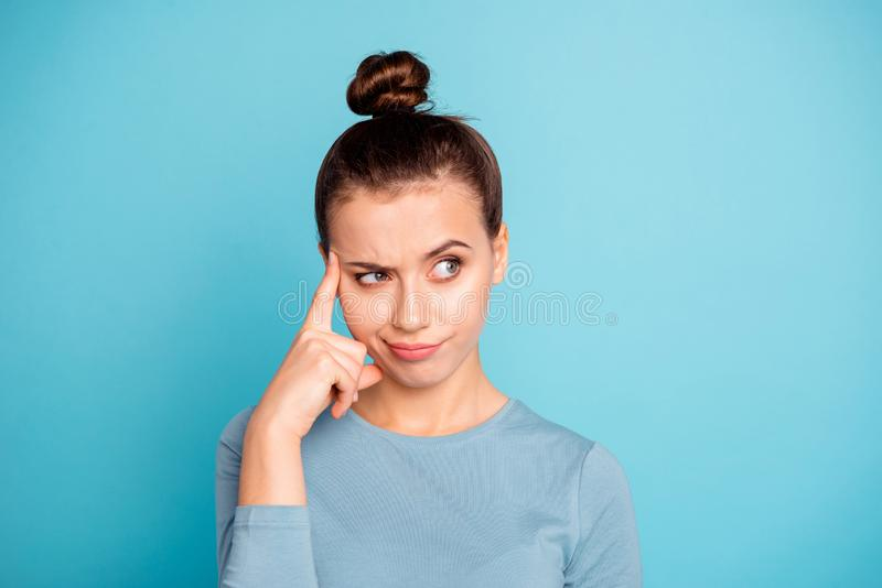Nahaufnahmeporträt von ihr sie schön aussehendes attraktives reizendes zweifelhaftes Mädchen, das Schlussfolgerungsstrategie v lizenzfreies stockbild