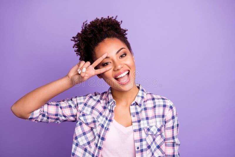Nahaufnahmeporträt von ihr sie schön aussehendes reizend nettes attraktives reizendes nettes heitres gewellt-haariges Mädchentrag stockbilder