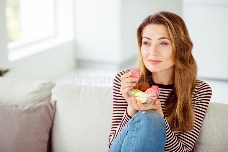 Nahaufnahmeporträt von ihr sie unterschiedliches buntes des netten netten reizend attraktiven ruhigen ruhigen gewellt-haarigen Mä lizenzfreie stockfotos
