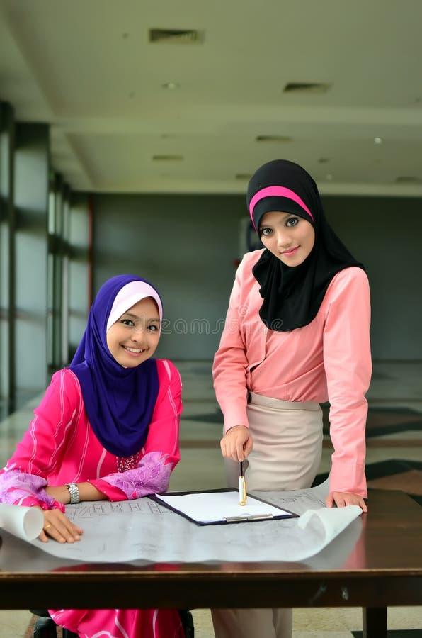 Nahaufnahmeporträt von schönen jungen asiatischen Geschäftsfrauen lächeln lizenzfreie stockfotos