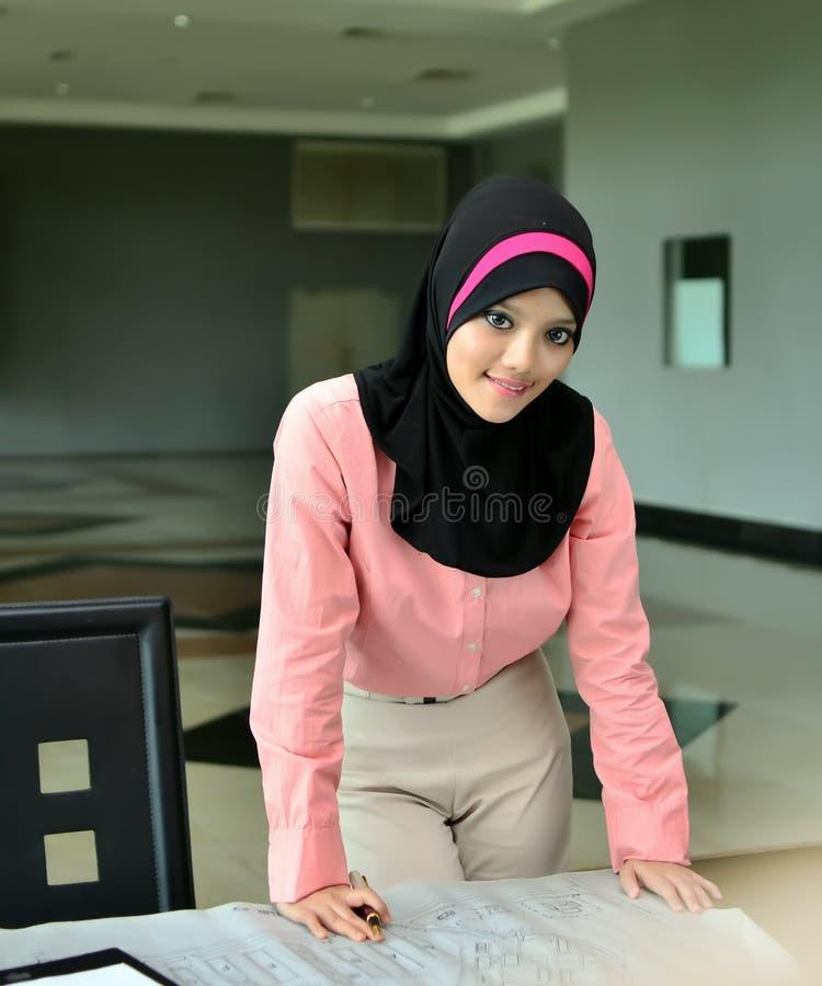 Nahaufnahmeporträt von schönen jungen asiatischen Geschäftsfrauen lächeln lizenzfreies stockfoto