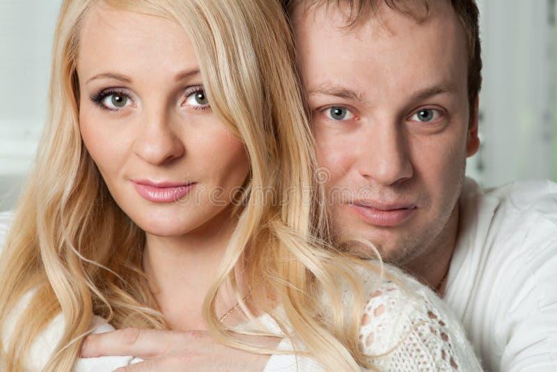 Nahaufnahmeporträt von schönen jungen Paaren stockfotografie