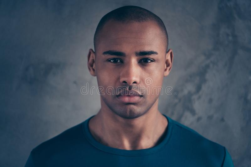 Nahaufnahmeporträt von seinem er netter attraktiver gekümmerter ruhiger offener Kerl der Ruhe, der modisches blaues T-Shirt der z lizenzfreie stockfotografie