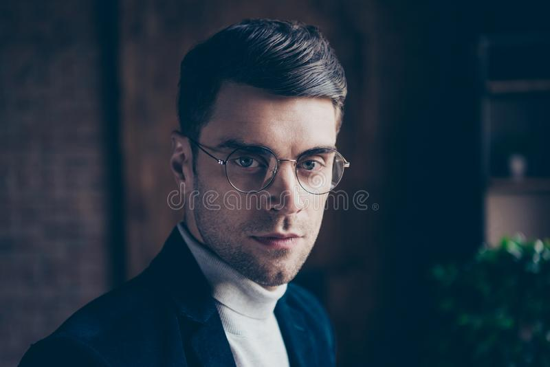 Nahaufnahmeporträt von seinem er netter bärtiger hübscher stilvoller intelligenter Kerlberatergrundstücksmaklerrechtsanwalt-Recht lizenzfreies stockbild