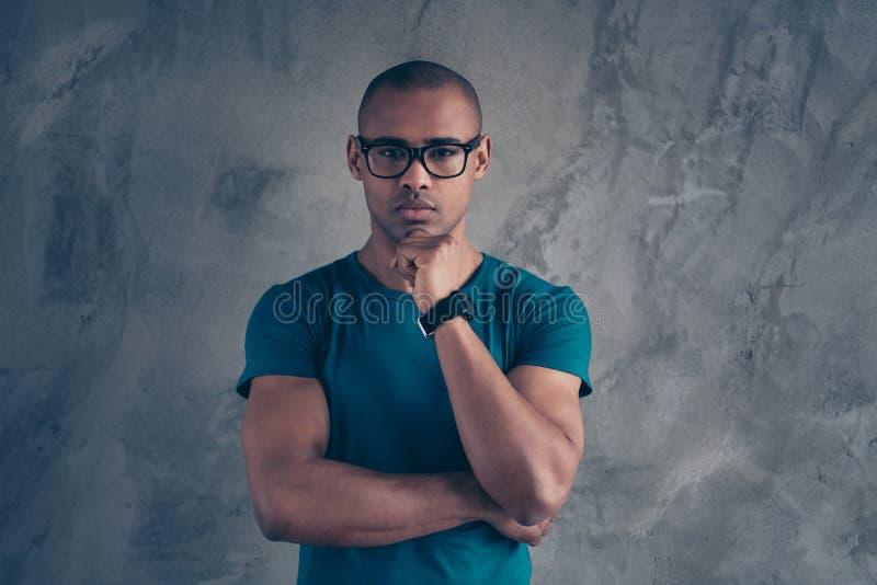 Nahaufnahmeporträt von seinem er netter reizender attraktiver muskulöser schöner gut-gepflegter männlicher Kerl, der blaues T-Shi stockfoto