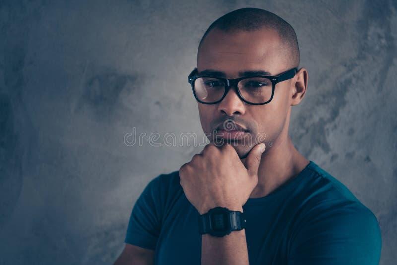 Nahaufnahmeporträt von seinem er netter reizender netter attraktiver viriler schöner Kerl, der blaues T-Shirt modernes neues Gerä lizenzfreies stockbild