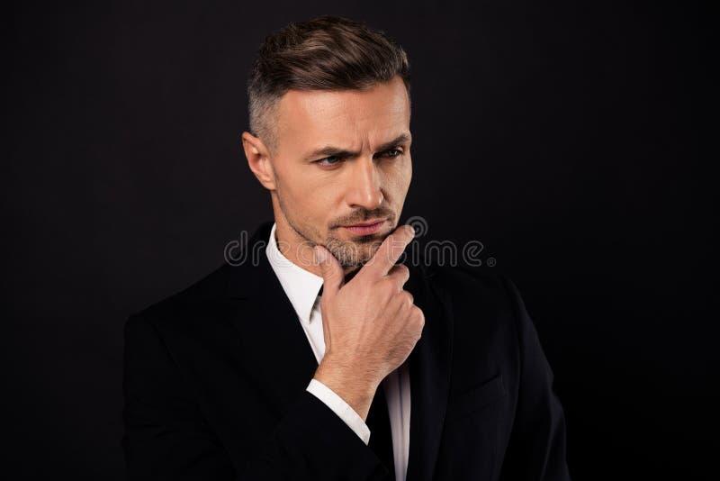 Nahaufnahmeporträt von seinem er schön aussehende attraktive gekümmerte Haifischmittel-Vermittlerentwicklung des Unternehmensspez lizenzfreies stockfoto