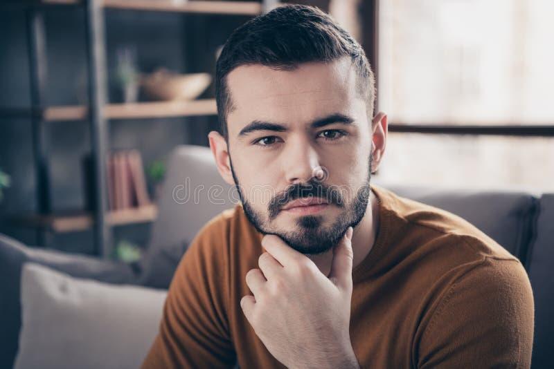 Nahaufnahmeporträt von seinem er schön aussehender attraktiver bärtiger gekümmerter offener Kerl, der das denkende Lösen der Frei stockbild