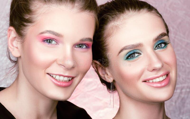 Nahaufnahmeporträt von zwei jungen hübschen Frauen Helles Berufsmake-up lizenzfreie stockbilder