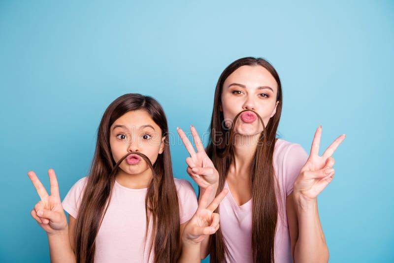 Nahaufnahmeporträt von zwei netten netten reizend attraktiven netten heitren gerad-haarigen Mädchen, die den Spaß zeigt doppeltes stockbilder