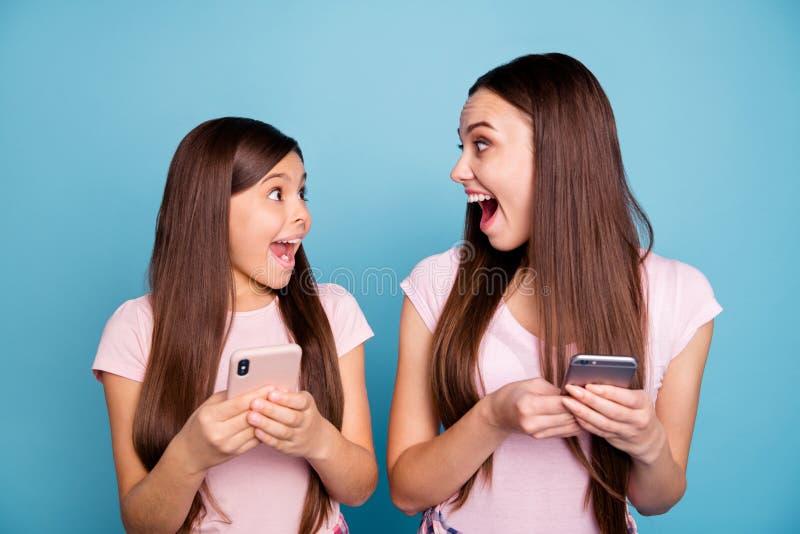 Nahaufnahmeporträt von zwei netten netten reizend attraktiven netten heitren verrückten gerad-haarigen Mädchen, die online Intern stockfotografie