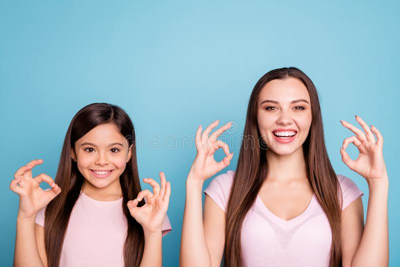 Nahaufnahmeporträt von zwei netten netten reizend attraktiven reizenden netten heitren gerad-haarigen Mädchen, die doppeltes O.K. stockbild
