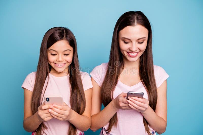 Nahaufnahmeporträt von zwei netten netten reizend attraktiven reizenden netten heitren gerad-haarigen Mädchen, die schnelle Gesch stockfotos