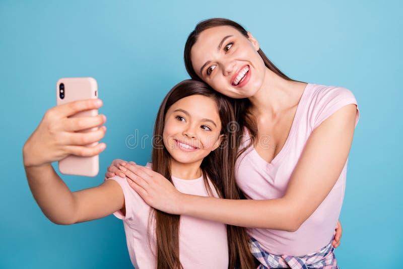 Nahaufnahmeporträt von zwei netten netten reizend attraktiven reizenden süßen herrlichen netten heitren gerad-haarigen Mädchen lizenzfreie stockfotografie