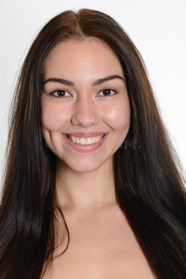 Nahaufnahmeporträts des schönen lächelnden jungen Brunettemädchens lizenzfreie stockfotos