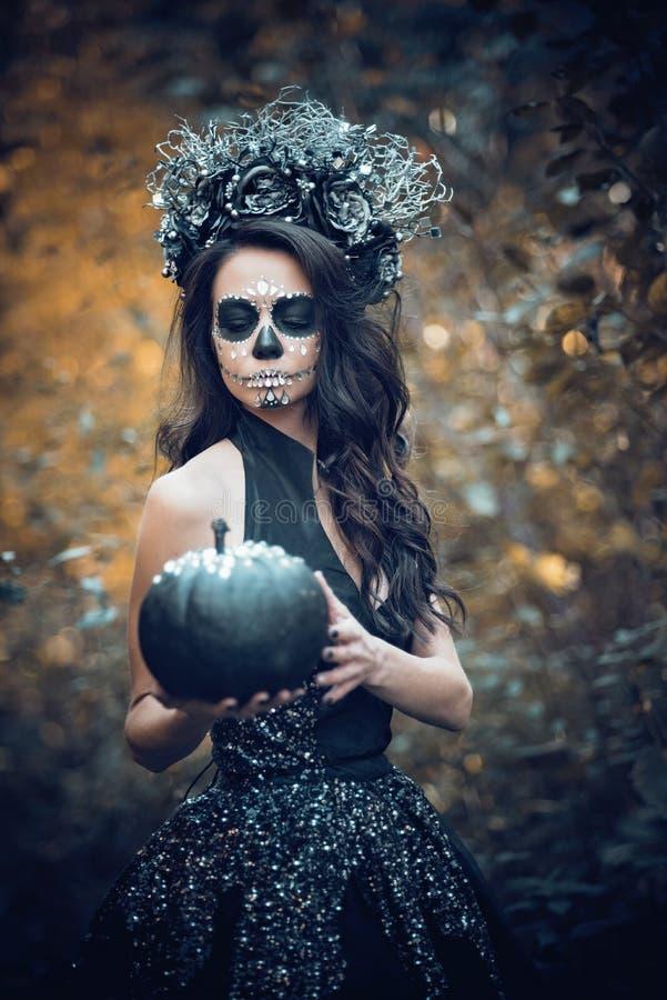 Nahaufnahmeportr?t von Calavera Catrina im schwarzen Kleid Zuckersch?delmake-up Dia De Los Muertos Tag der Toten Halloween stockfoto