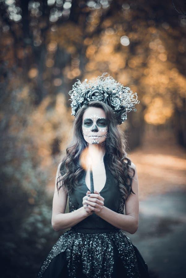Nahaufnahmeportr?t von Calavera Catrina im schwarzen Kleid Zuckersch?delmake-up Dia De Los Muertos Tag der Toten Halloween lizenzfreies stockbild