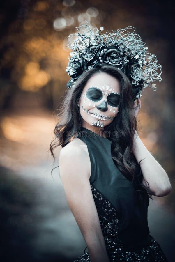 Nahaufnahmeportr?t von Calavera Catrina im schwarzen Kleid Zuckersch?delmake-up Dia De Los Muertos Tag der Toten Halloween stockfotografie