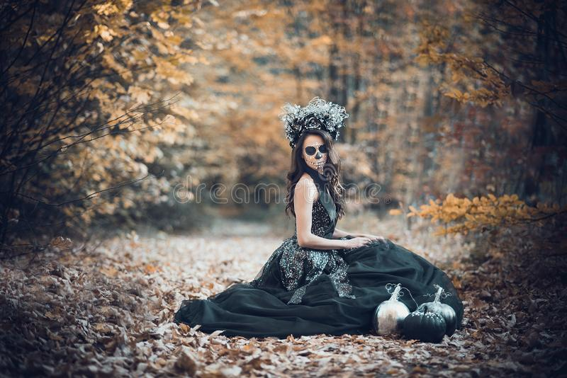 Nahaufnahmeportr?t von Calavera Catrina im schwarzen Kleid Zuckersch?delmake-up Dia De Los Muertos Tag der Toten Halloween lizenzfreie stockfotos