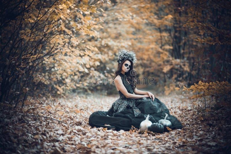 Nahaufnahmeportr?t von Calavera Catrina im schwarzen Kleid Zuckersch?delmake-up Dia De Los Muertos Tag der Toten Halloween stockbilder