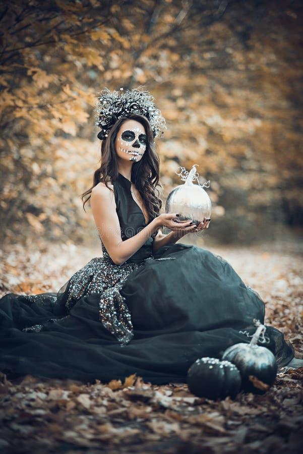 Nahaufnahmeportr?t von Calavera Catrina im schwarzen Kleid Zuckersch?delmake-up Dia De Los Muertos Tag der Toten Halloween stockfotos