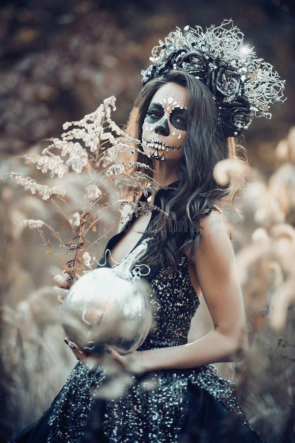 Nahaufnahmeportr?t von Calavera Catrina im schwarzen Kleid Zuckersch?delmake-up Dia De Los Muertos Tag der Toten Halloween stockbild