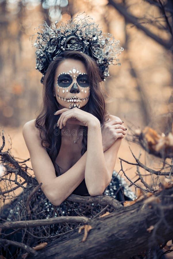 Nahaufnahmeportr?t von Calavera Catrina im schwarzen Kleid Zuckersch?delmake-up Dia De Los Muertos Tag der Toten Halloween lizenzfreies stockfoto